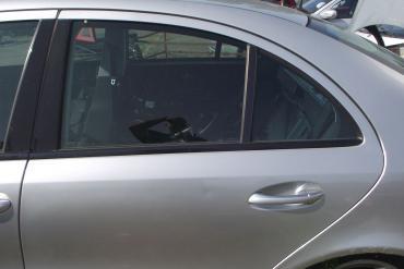 Mercedes W211 (E-osztály) '2004' sedan bal hátsó ajtó! Ezüst színű...