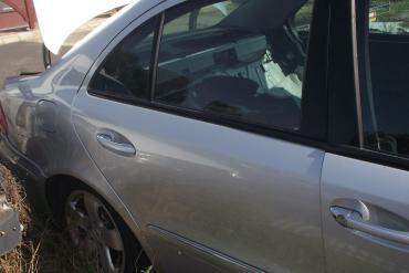 Mercedes W211 (E-osztály) '2004' sedan jobb hátsó ajtó! Ezüst színű...